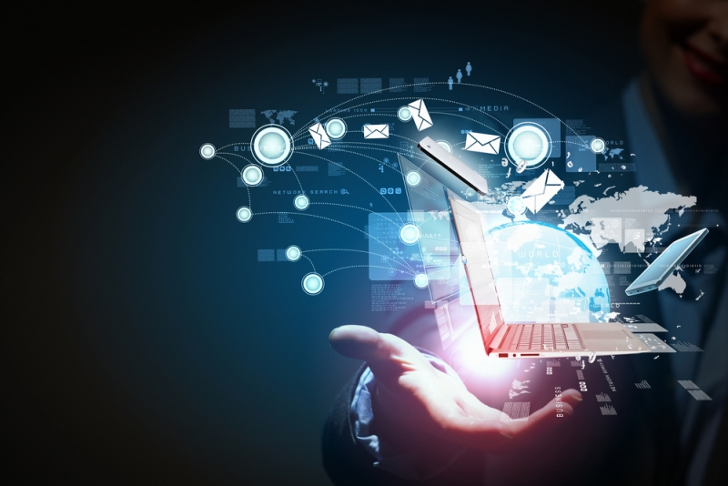 Roka ar digitālo tehnoloģiju burbuli